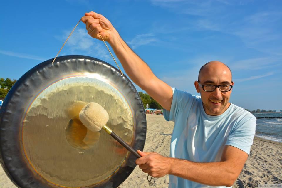 Bernhard Akula beim Gong Workshop in Kellenhusen, Ostsee